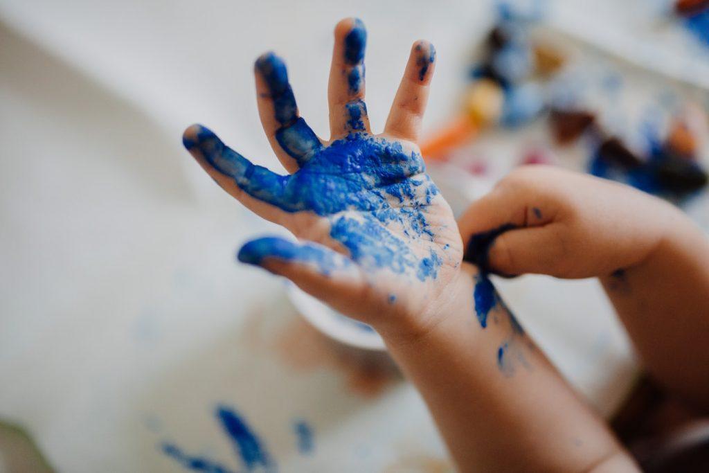 Kinderhand met verf