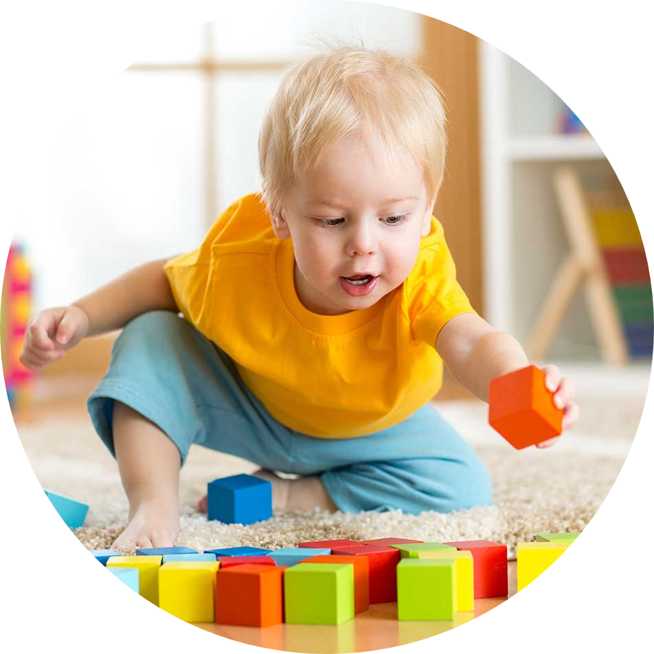 Kind speelt met blokken in kinderdagverblijf haarlem
